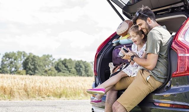 Un papa en auto avec sa fille