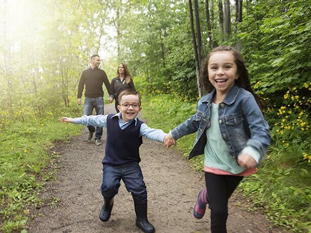 Une famille s'amusant dehors