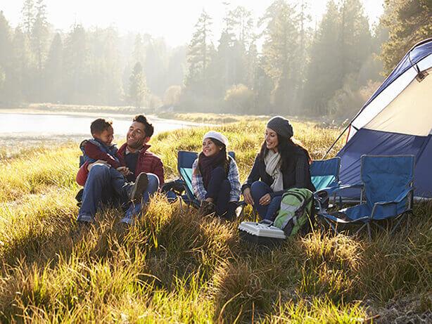 Une famille en voyage de camping