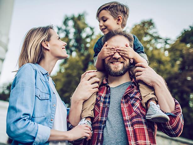 Image d'une famille de 3 personnes qui sourient