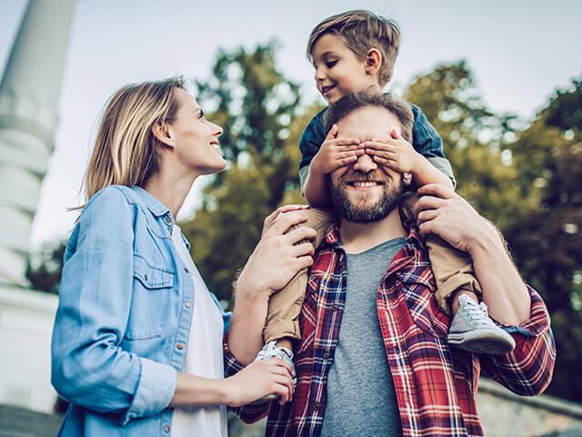 Des parents qui jouent avec leur enfant en voyage
